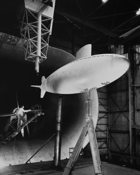 Model okrętu podwodnego Albacore podczas testów w tunelu aerodynamicznym w Langley Field