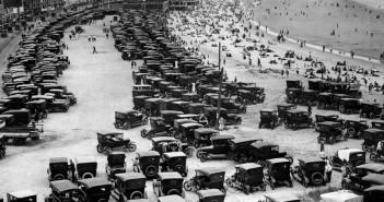 Samochody zaparkowane przy plaży w Hull, w Massachusetts w latach 20.