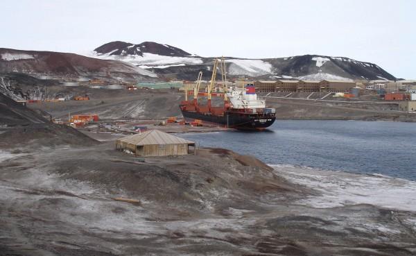 Statek zaopatrzeniowy MV American Tern w bazie McMurdo w 2007 roku
