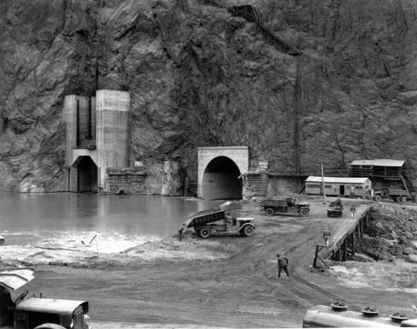 Ujścia tuneli dzięki którym woda omijała teren budowy