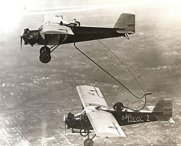 Curtiss Robin C-1 podczas tankowania w powietrzu. W roli latającej cysterny Curtiss Robin NR81H. Zdjęcie z próby przeprowadzonej w dniach 13-30 lipca 1929 roku