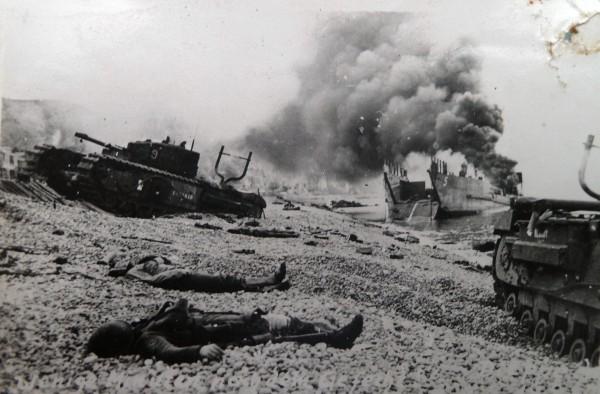 Wraki czołgów i okrętów desantowych na plaży w Dieppe w 1942 roku