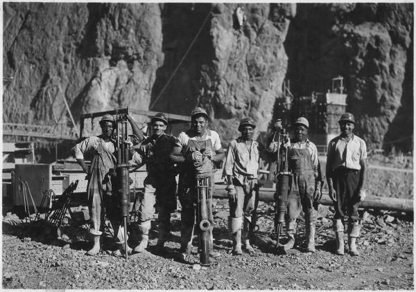 Robotnicy pracujący nad zaporą