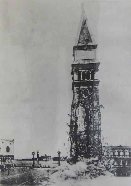Zdjęcie-fotomontaż przedstawiający zawalenie się dzwonnicy