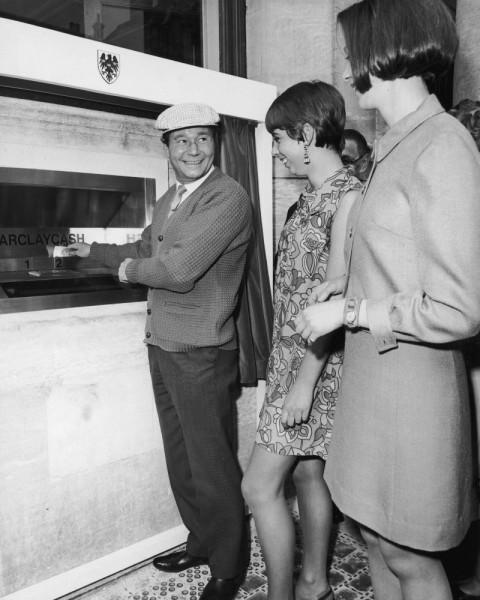 Reg Varney podczas wypłacania gotówki z pierwszego w historii bankomatu - 27 czerwca 1967 roku
