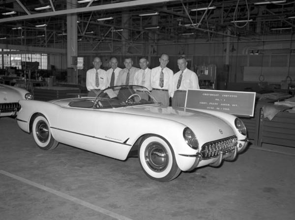 Chevrolet Corvette nr 1 - widoczne kołpaki od Chevroleta Bel-Air charakteryzujące pierwsze 25 sztuk Corvette (fot. GM)