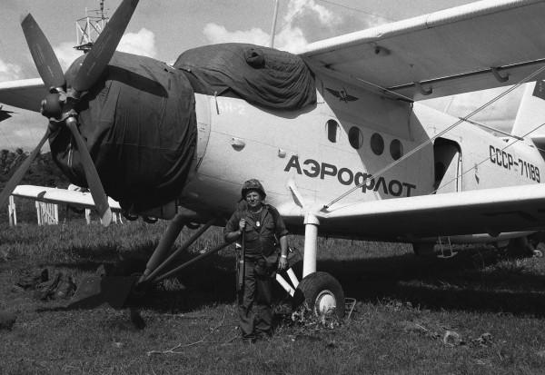 Amerykański żołnierz obok An-2R krótko po inwazji na Grenadę