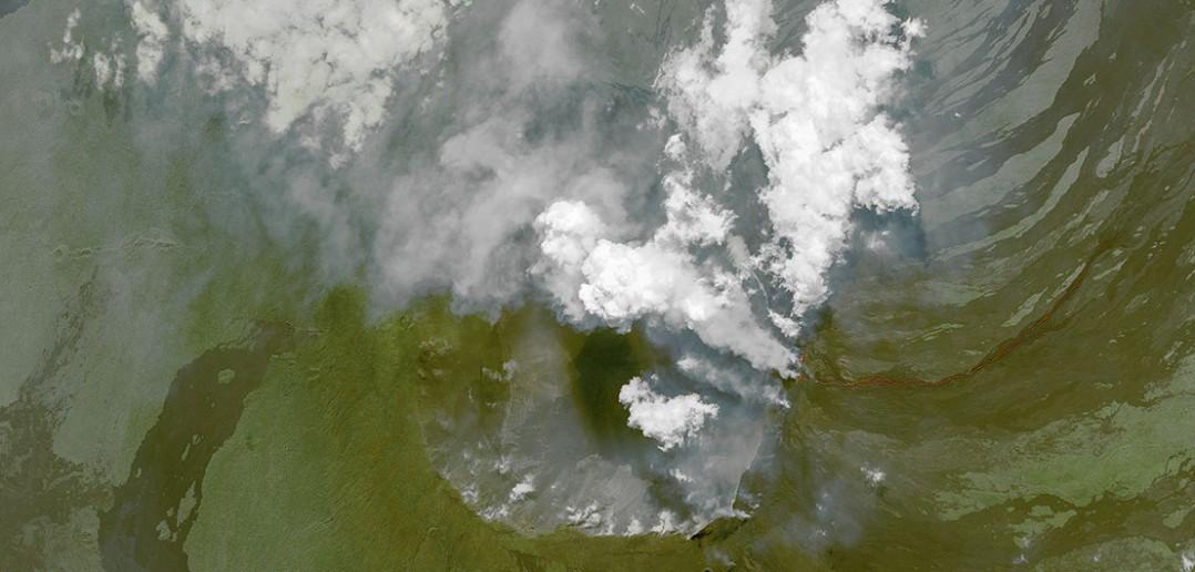 Erupcja wulkanu Wolf z satelity - zdjęcie