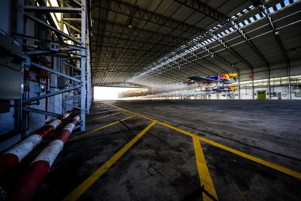 Paul Bonhomme i Steve Jones podczas przelotu przez hangar na lotnisku Llandbedr (fot. Red Bull)