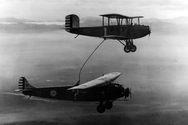 Atlantic C-2A o nazwie własnej Question Mark podczas pobierania paliwa z Douglas sC-1. (fot. U.S Air Force)