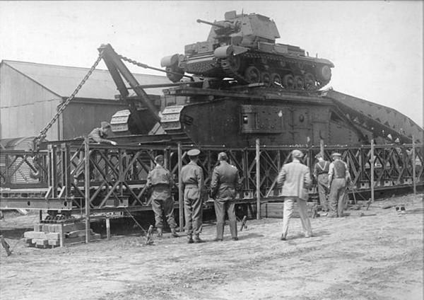 Most Baileya podczas testów wytrzymałości - widać czołg Mark V z czasów I wojny światowej i A13 Cruiser Tank Mk IV na jego dachu