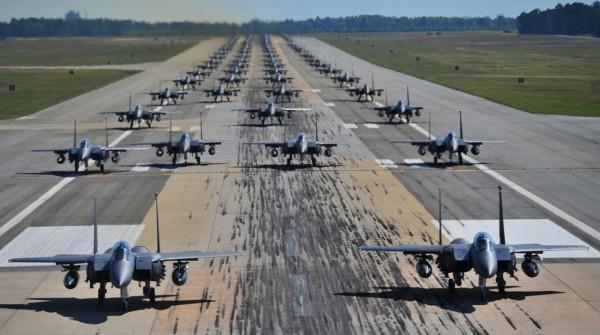 Marsz słoni w wykonaniu samolotów F-15 w bazie Seymour Johnson w 2012 roku - formacja składała się z około 70 samolotów