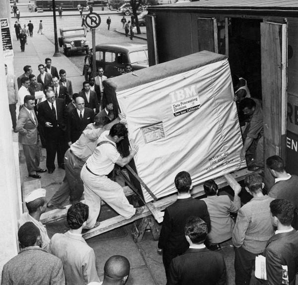 Dysk twardy IBM 350 podczas załadunku