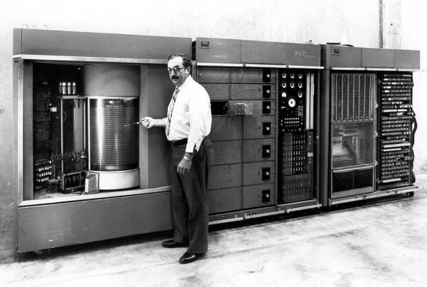 Prezentacja komputera IBM 305 RAMAC w 1956 roku