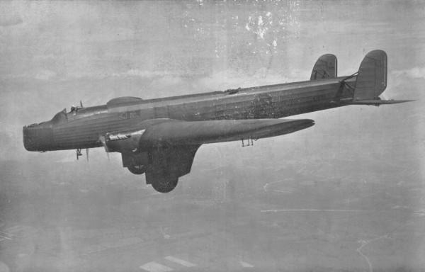Prototyp bombowca nocnego Fairey Night Bomber K1695 podczas pierwszego lotu, 25 listopada 1930 roku. Maszynę testowano na Harmondsworth Aerodrome