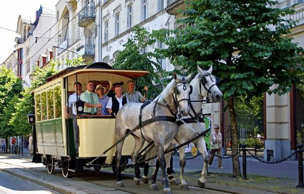 Odrestaurowany tramwaj konny niedaleko Placu Wolności