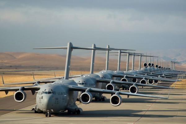 Start 22 samolotów transportowych w bazie Travis, 11 września 2013 roku. W formacji znajduje się 7 samolotów transportowych C-17 Globemaster III, 11 latających cystern KC-10 Extender i 4 cięzkie samoloty transportowe C-5B Galaxie (fot. Ken Wright)