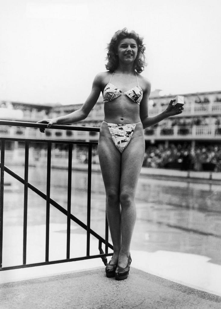 Micheline Bernardini prezentująca bikini, 5 lipca 1946 roku (fot. Keystone-France)