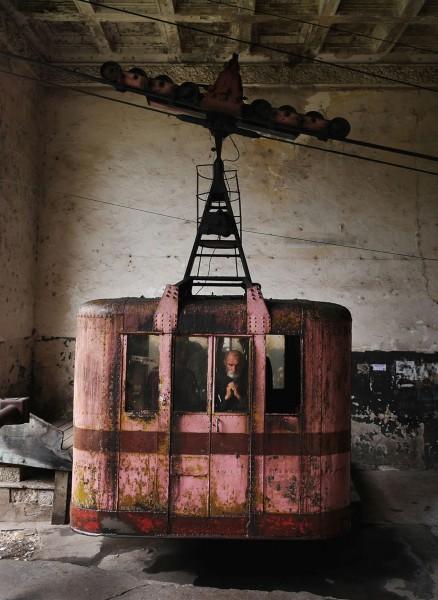 Wagonik nr. 25. Prawdopodobnie najstarszy działający wagonik, pochodzący z 1954 roku. Mina starszego mężczyzny mówi wiele... (fot. Amos Chapple/Rex Features)