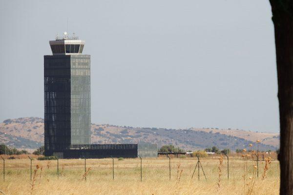 Wieża kontroli lotów na lotnisku Ciudad Real (fot. 19Tarrestnom65/Wikimedia Commons)