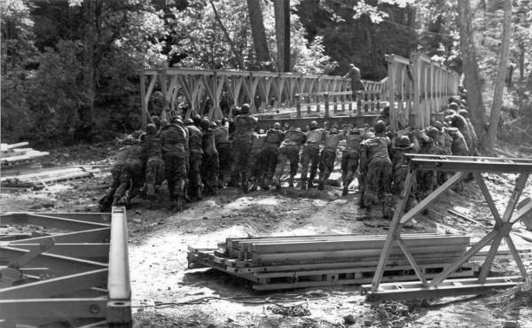 Most Baileya podczas budowy