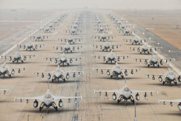 Marsz słoni amerykańskich F-16 w bazie Kunsan w Korei Południowej