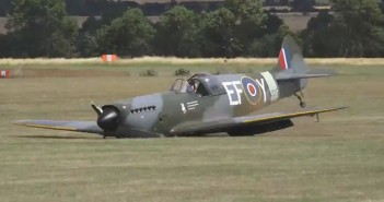 Zabytkowy Spitfire ląduje bez podwozia