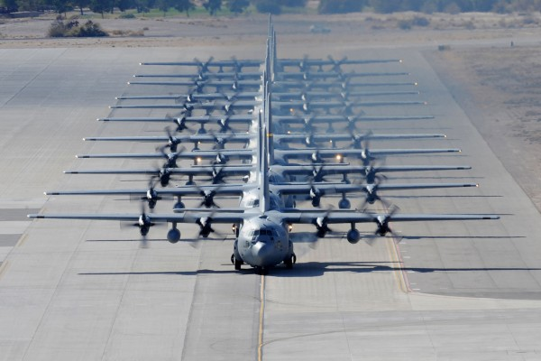 Samoloty C-130 Hercules w bazie Nellis (fot. Stephanie Rubi)