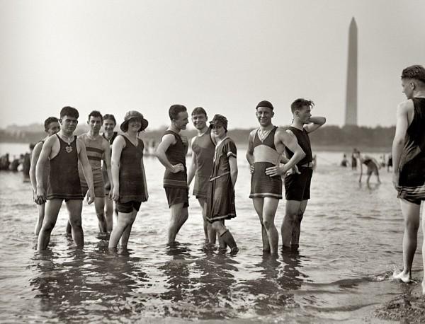 Stroją plażowe z lat 20-tych (fot. Shorpy Archive)