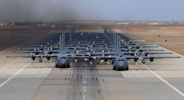 24 samoloty transportowe C-130 Hercules podczas marszu słoni w bazie Dyess w Teksasie w 2014 roku