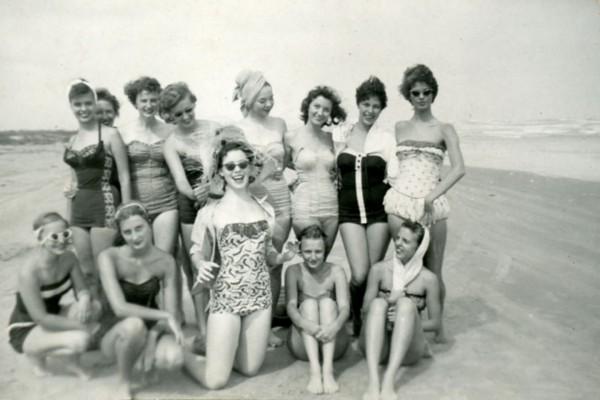 Plażowiczki w 1955 roku (fot. ricehistorycorner.com)