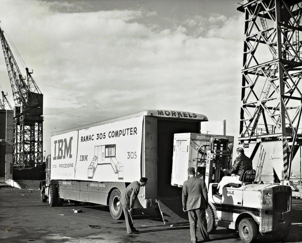 IBM 305 RAMAC podczas załadunku. Odbiorcą tego komputera miała być firma brokerska Max Pollak and Freemantel z RPA