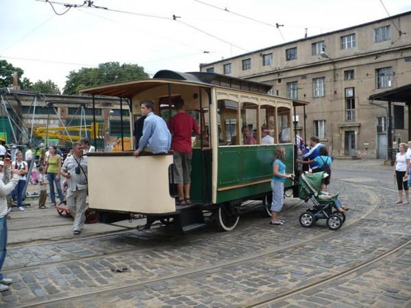 Odrestaurowany tramwaj konny w zajezdni