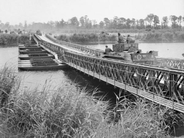 Brytyjski Cromwell na moście Baileya o nazwie York, podczas operacji Goodwood, 18 lipca 1944 roku