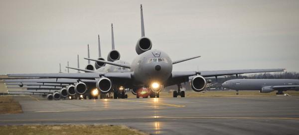 Osiem latających cystern KC-10 podczas marszu słoni w bazie McGuire w 2011 roku