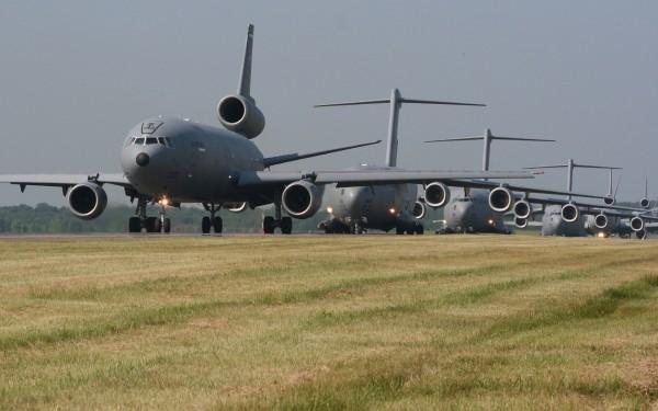 Samoloty KC-10 i C-17 podczas marszu słoni w bazie McGuire w 2006 roku