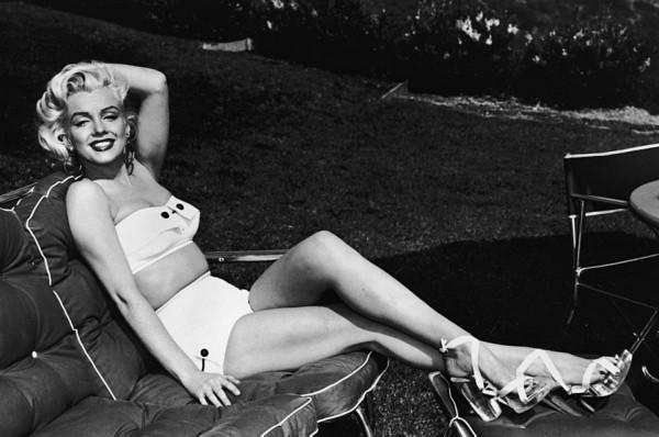 Marilyn Monroe w dwuczęściowym stroju (fot. blog.mybaze.com)