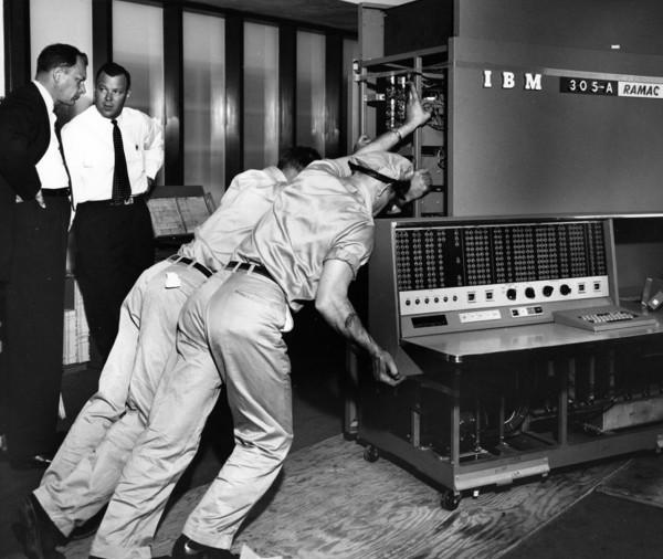 Komputer IBM 305 RAMAC podczas ustawiania w miejscu pracy