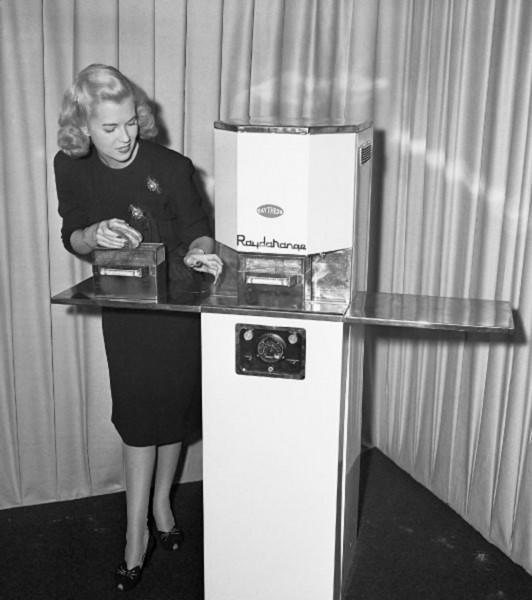 Jedna z pierwszych prezentacji mikrofalówek - zdjęcie wykonano 7 października 1946 roku w Nowym Jorku, prawdopodobnie w hotelu Waldorf-Astoria (fot. Bettmann/CORBIS)