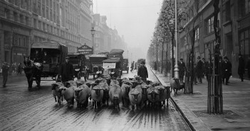 Kingsway Street, Londyn, listopad 1926 r. (fot. Fox Photos/Getty Images)