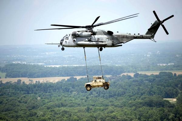 Śmigłowiec CH-53E podczas przenoszenia jednego z prototypów pojazdów JLTV (fot. peocscss.army.mil)