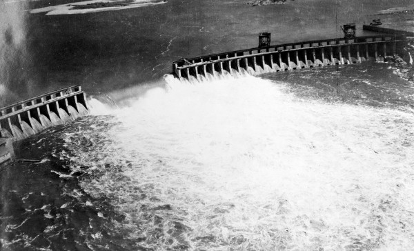 Dnieprowska Elektrownia Wodna po wysadzeniu w 1941 roku