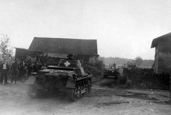 Czołgi PzKpfw I podczas marszy przez zdobytą wioskę
