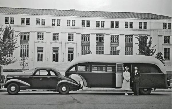 Nietypowy Aerocar z 1937 roku wykorzystywany przez Public Health Service. Wyposażono go w sprzęt medyczny a do holowania wykorzystano Pontiaca z 1937 roku.