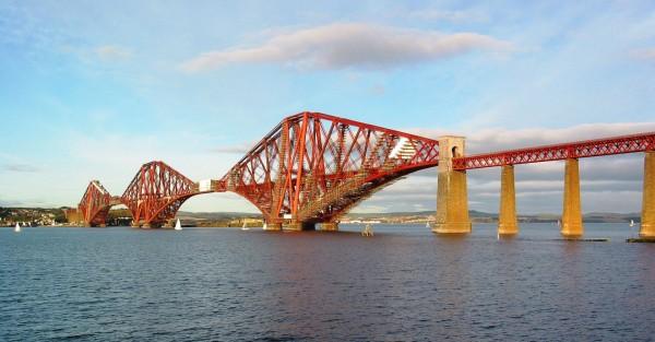 Forth Bridge współcześnie (fot. Andrew Bell/Wikimedia Commons)