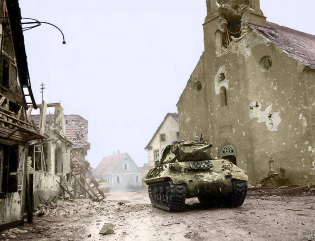M10 z 636 Batalionu Niszczycieli Czołgów, przejeżdżający przez zrujnowaną miejscowość Rohrwiller. Zdjęcie wykonano 4 lutego 1945 roku (fot. Charles Day Palmer/Paul Reynolds)