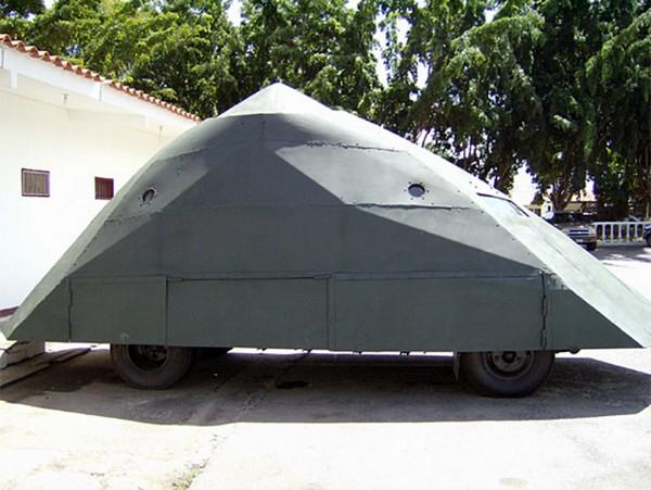 Replika wozu pancernego Tortuga z 2008 roku