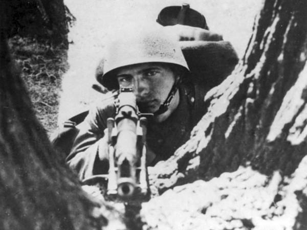 Polski żołnierzy uzbrojony w karabin wz.28