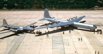B-36 Peacemaker i jego znacznie mniejszy poprzednik - B-29 Superfortress