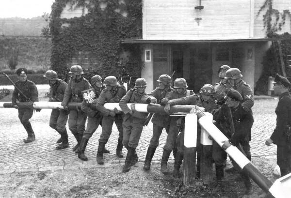 """Symboliczne zdjęcie wykonane po 1 września, pokazujące """"przekraczanie granicy"""""""